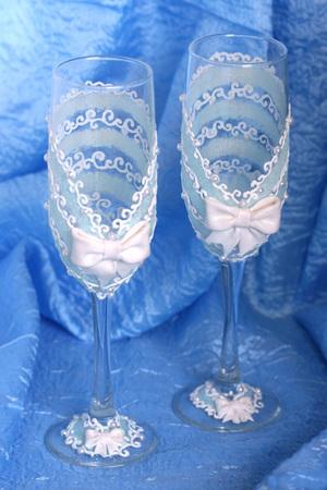 Нежная роспись свадебных бокалов