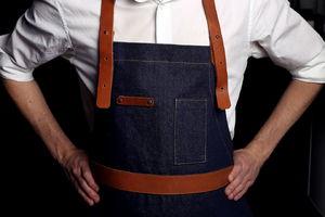 Джинсовый фартук с кожаными вставками